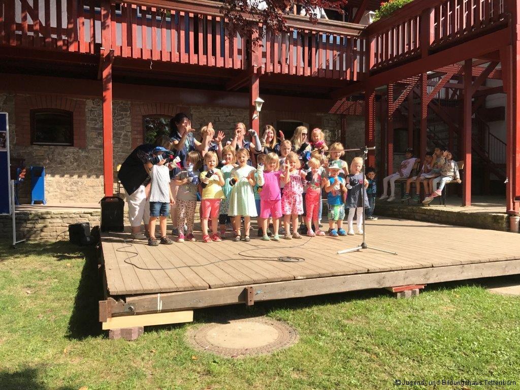 Die Kinder des Friedrich-Fröbel-Kindergartens treten auf